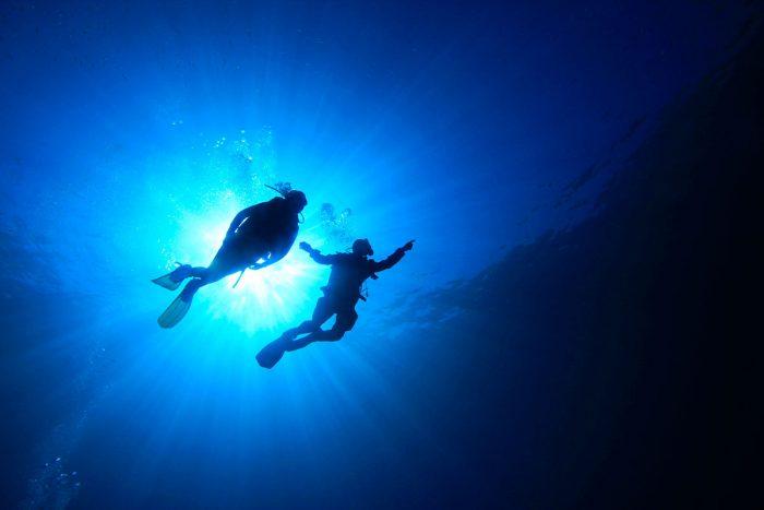 Buceadores-navegación-fondo-marino
