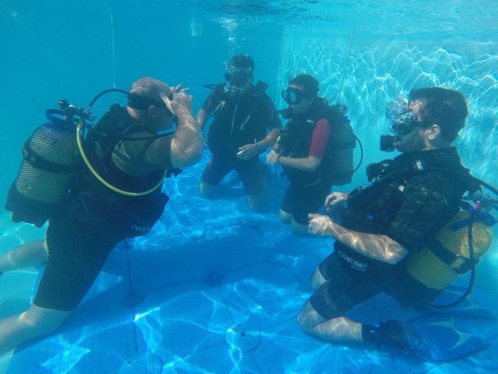 PADI-Open-Water-inmersion-en-piscina-Dive-Center-Barbate