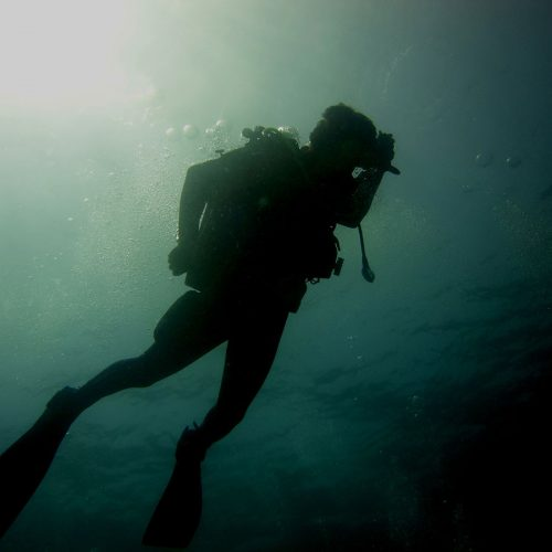 Submarinista-flotando-en-Buceo-Aguadulce