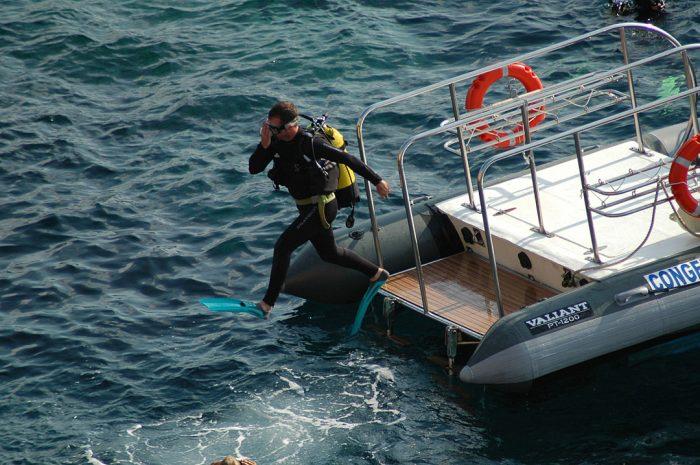 ZOEA buceador saltando desde embarcacion